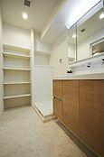 三面鏡や収納豊富な独立洗面台