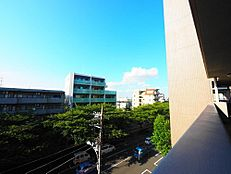 緑に彩られた街区に現出する建物は、ここに住まう方々へ余すこと無く太陽の恵みを届けられるように計画・設計されております。
