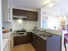 キッチンは使いやすいL型システムキッチン。便利な食洗機付です。