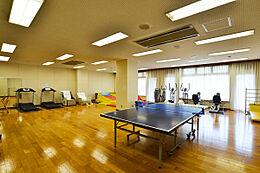 マンション内にあるアスレチックルームです。サイクルマシーンなどもあります。卓球台もあります。