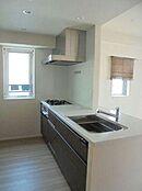 食洗機付の対面式キッチンシステムキッチン。窓があります。