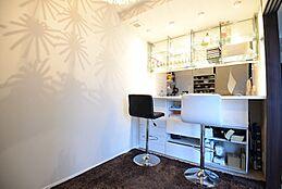 リビング横の約4.5帖のお部屋はキッチンとつながっており、対面式カウンターキッチンになっています。