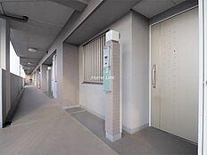 玄関前は広めのスペースがあります。共用部廊下からゆったり余裕のあるつくりです。
