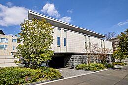 南青山に佇む洗練されたデザインの高級分譲マンション。