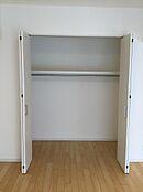 便利な全居室収納付き。奥行きも広く季節物の衣類もすっきり収納可能。