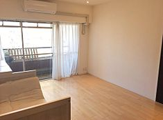 両居室ともにバルコニーに繋がっています。高台の南向きならでは、この陽当たり、開放感、ぜひ実際にご覧ください。