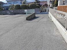 現況駐車場です入口は緩やかなスロープ