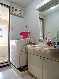 洗面台の向かい側には物入れもあります。(2019年2月15日撮影)