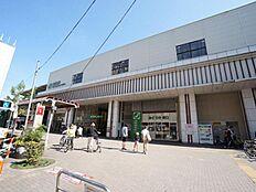 西荻窪駅まで750m。 東西南北に広がる商店街の中心となる西荻窪駅。