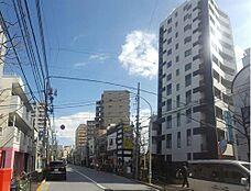 天空へと伸びていくようなその外観は日当り、開放感なども考えて設計されており街行く人が釘付けになるフォルムです。