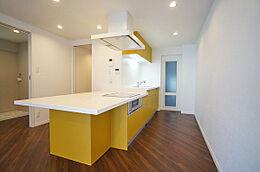 白と黄色の明るいアイランドキッチン、3口IHクッキングヒーター・食洗機付