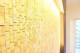 おしゃれなタイルアクセントやど高級志向なデザインで室内をリノベイト。間接照明をうまくとりいれ、自宅をゆったりリラックスできる空間に仕上げました東京砂漠な日常に光をデザインした暮らし・・・