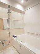ゆったりした浴室。一日の疲れを癒せます。手すりも付いていますので、お子様でも出入りしやすい設計になっています。