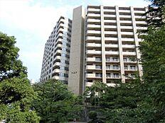 14階建14階部分の最上階のお部屋です。春の風公園に隣接しており、緑豊かな環境です。