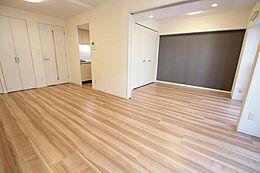 隣の洋室と合わせると約16.8帖の広いスペースが出来上がります。
