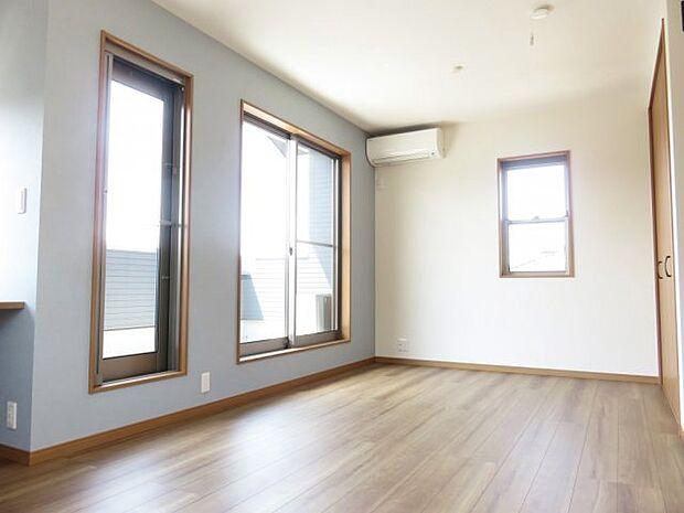 同施工例:イメージ写真(実際とは異なります) フロアの色、建具、各壁クロスなど組み合わせは自由自在です。 お好みに合わせたお部屋に仕上げます♪