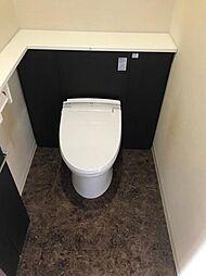 トイレにも収納がございます奥様に嬉しいポイントです