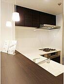 人気のL字カウンターキッチン採用・お料理をしながらリビングの様子を伺えます。