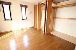 2階8帖洋室南面のベランダに面した明るく開放感のある居室です。季節物も収納しておけるワイドな収納が備わっています。