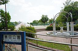 マンションの前には公園もございます。