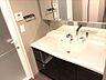 広々とした洗面台。三面鏡の裏には収納がある為、家族皆のアメニティをスッキリと収納出来ます。