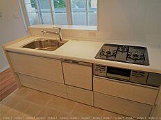 キッチンは対面式に配置 お料理しながら窓外の景色も楽しめます