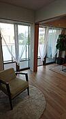 ベッドルーム リビング横の引き戸を開放して約18.6帖のリビングダイニングとしてもご利用できます。