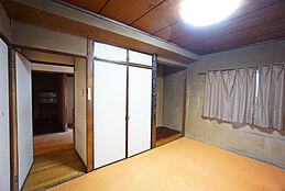 便利な収納付きの和室です。