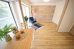 ダイニングキッチンと洋室の間仕切りを開放して広いリビングとして一体利用できます。