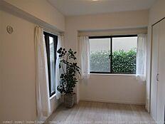 1階のお部屋 室内からも植栽の緑がみえます