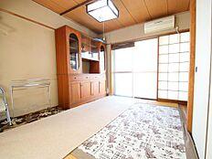 こちらが和室6帖になります。バルコニー面に接するお部屋なので日当たりが良く過ごしやすいお部屋です。