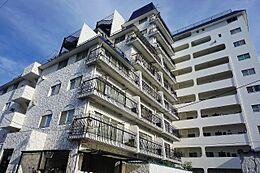 おしゃれでレトロな外観は、周辺のマンションと比べても、管理が行き届いており、白を基調とした外壁は青空に映えます。