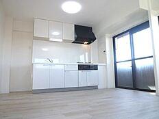 窓が近く明るいキッチン