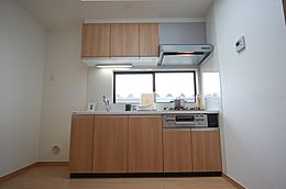 キッチン天井にはトップライト付き。明るい陽光が降注ぎます