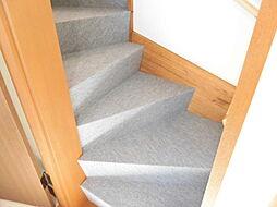 階段床はカーペ...