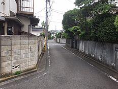 東側の道路の幅は4メートルになります。車通りも少なくお子様もご安心できます。