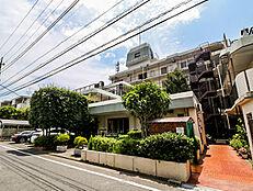 緑豊かな住宅街に佇むマンションです