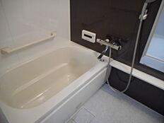 追炊き機能付きのバスルーム手すり付きでお年寄りの方も安心です
