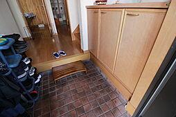 玄関にはシューズボックスが備え付けです。活用して玄関をすっきり使えそうですね。