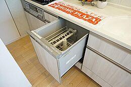 食洗器搭載のシステムキッチン。面倒な後片付けも簡単です。 ママさんの家事の負担を軽減します。