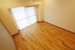 本物の木だからこそ感じられる質感や、長く使い続けるうちに醸し出される経年変化の風合いはなんともいえぬ味わいとなってお部屋のデザイン性を高めてくれます。