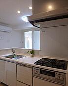 食洗機付きのシステムキッチンで奥様の家事の負担を減らします