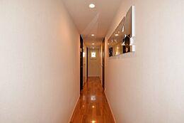 玄関からリビング方向の廊下。