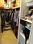 季節ごとの洋服はもちろん、旅行カバンやゴルフバッグなど、大きな荷物もたっぷり収納可能。ひと目で収納物を見渡せる、広い収納空間です。
