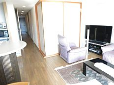 和室は襖でリビングと仕切ることができます。ご来客の際の寝室としてもお使いいただけます。