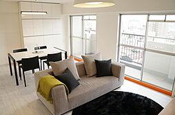 室内リフォーム。白を基調とした明るいリビングルーム。家具付販売。最上階・角部屋の為、日照・眺望良好です