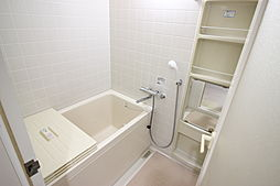 清潔感がありさわやかな色調のバスルーム