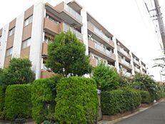 緑地を感じられる閑静な住宅街。敷地内にガーデンあり。駅まで16分。