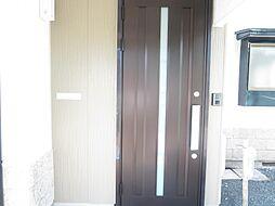 玄関ドアは引き...
