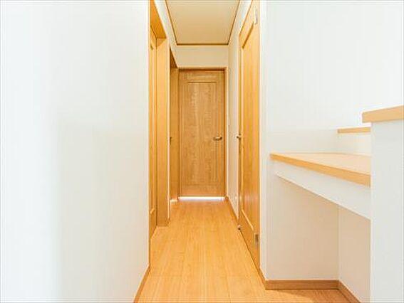 2階廊下の棚。...